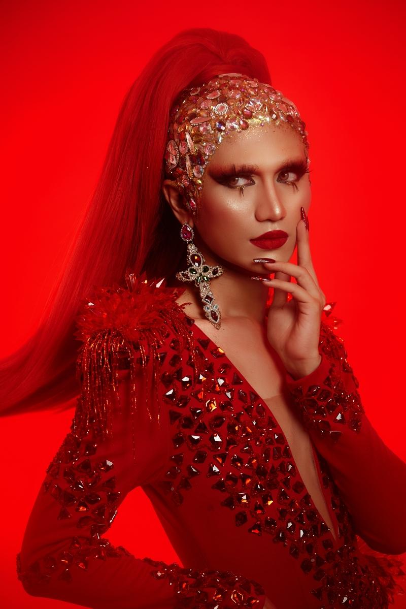 Ở ngoài đời, Gia Kỳ cũng là một Drag Queen nổi tiếng và từng sải bước trên các sàn diễn thời trang. Trong bộ ảnh, Gia Kỳ chọn thể hiện Màu Đỏ của dũng khí – dám ước mơ, dám đấu tranh, dám lên tiếng.