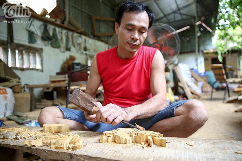 Với 30 năm kinh nghiệm, anh Tình là người đảm nhận các công đoạn chế tạo vòng nguyệt quế.