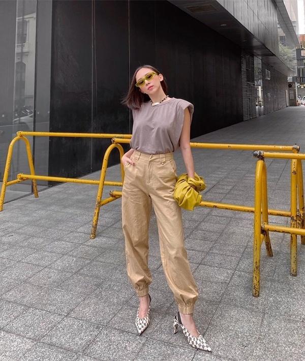 Ca sĩTóc Tiên kết hợp áo phông độn vai trơn màu với quần kaki bo gấutông sáng.