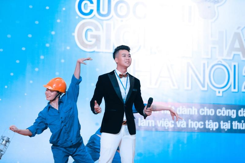 Hữu Trung (sinh năm 1997) là giọngnam trung theo phong cách thính phòng đã thể hiện rất ngọt ngào, tình cảm và cách hát dung dị nhưng tinh tế ca khúc Những ngôi sao ca đêm nổi tiếng một thời.