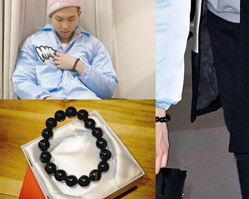 Anh chàng trưởng nhóm BTS Rap Monster rất thích thú đeo chiếc vòng fan dành tặng cho em út Jungkook.