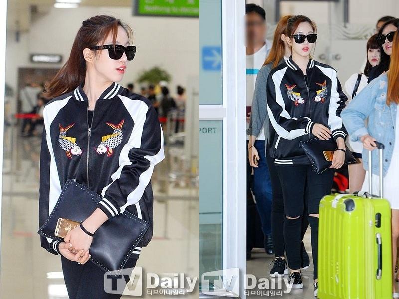 Chiếc áo bomber jacket hình cá chép Đông Hồ trị giá 2.1 triệu đồng của nhà mốt Việt được Eun Jung diện ra sân bay và nhanh chóng làm item này 'sold out'. Thiết kế cá tính của FOMO do một bạn fan Việt Nam đã đặt mua và tặng Eun Jung trong một buổi họp fan.