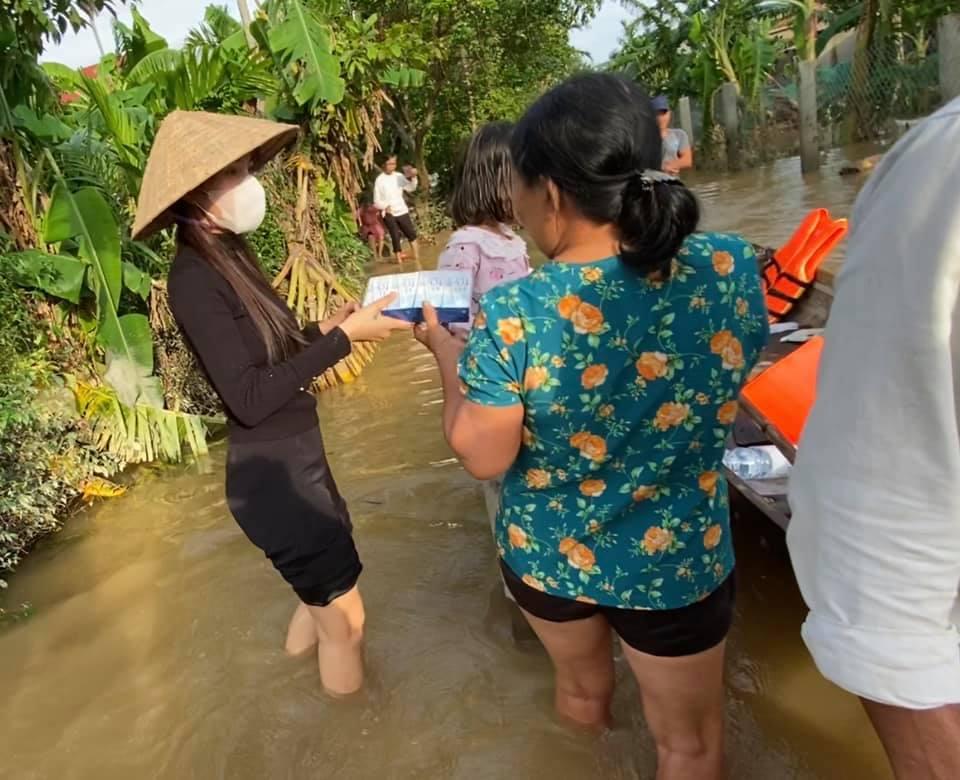 'Quay xe' phút chót vì Quảng Trị bị lũ 'đánh úp', Thủy Tiên nhờ cộng đồng mạng... chửi Công Vinh giúp 1