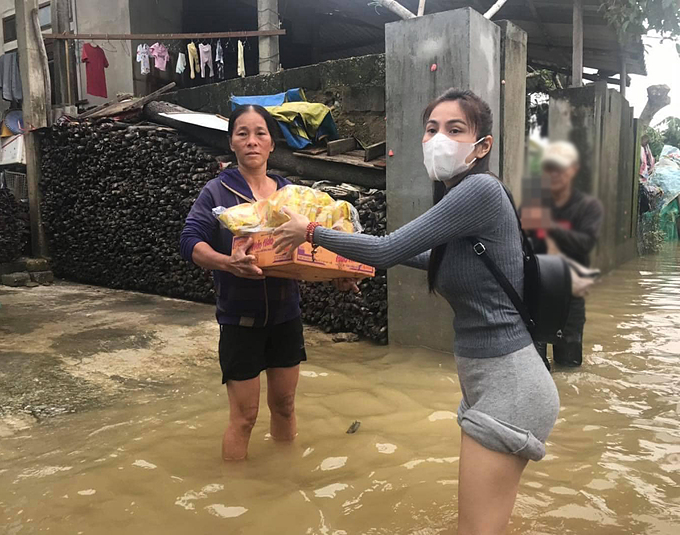 Hình ảnh Thủy Tiên làm từ thiện ở miền Trung.