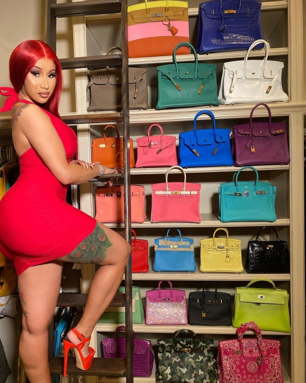 Nữ rapper khoe ảnh hậu sinh nhật tưng bừng với chồng và nhiều người bạn thân thiết. Tuy nhiên, dáng vóc nóng bỏng của nữ rapper vẫn bị 'lấn át' bởi tủ túi xách Hermes xa xỉ.