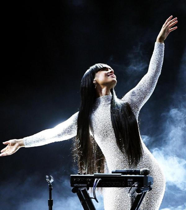 'Gừng càng già càng cay' chính là để nói về nữ ca sĩ Alicia Keys, khi cô mặc bộ bodysuit lấp lánh ánh kim xuất hiện trên sân khấu BBMAs 2020.