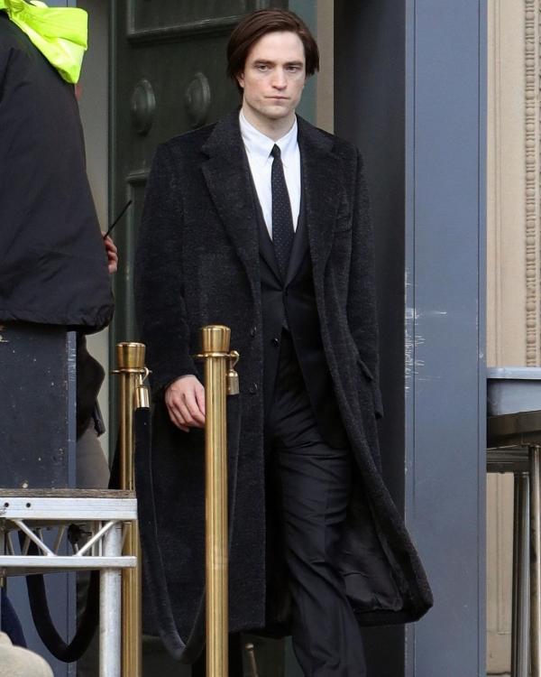 Robert Pattinson như 'tổng tài bá đạo' khi mặc vest, sơ mi thắt cà vạt và quần tây bảnh bao trong ngày trở lại phim trườngThe Batman.