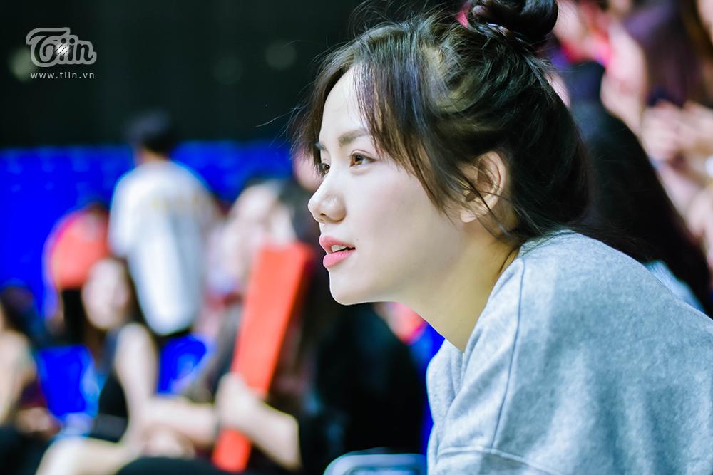Bên lề sự kiện, Phương Ly cho biết có thời điểm cô như thót tim để chạy theo nhịp độ trận đấu. Mặc dù cổ vũ cho Thang Long Warriors nhưng theo Ly, đối thủ Saigon Heat đã có màn thể hiện tuyệt vời ở VBA 2020.