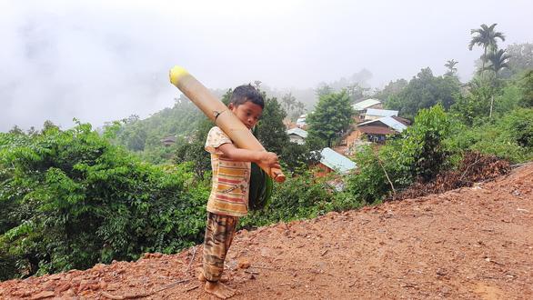 Hồ Ánh Khiết, học sinh lớp 3,trú tại thôn 1, xã Trà Tập vác măng rừng ủng hộ Đà Nẵng chống dịch Covid-19.