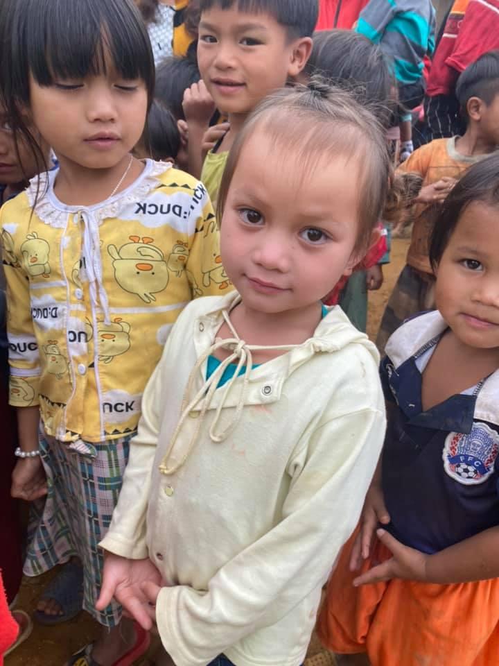 Đôi mắt to tròn của một bé gái vùng cao huyện Nam Trà My. (Ảnh: Tính Nguyễn)