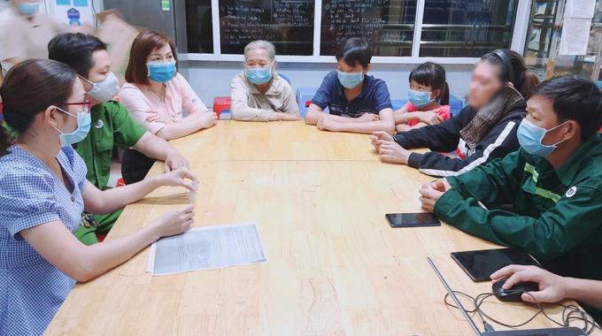 Gia đình bé trai đến nhận lại con sau 2 tháng bỏ rơi ở bệnh viện. Ảnh:Bệnh viện cung cấp.
