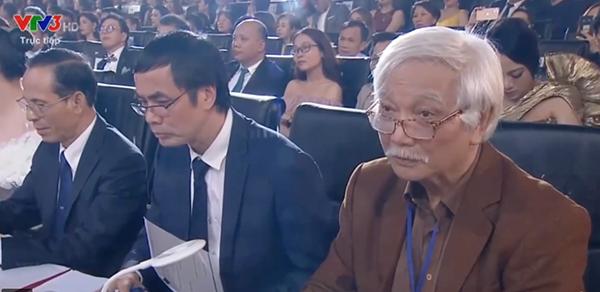Giám khảo Dương Trung Quốc lắng nghe phần trả lời ứng xử của các thí sinh