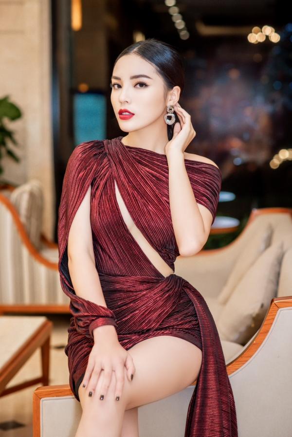 Hoa hậu Kỳ Duyên lên đồ táo bạo, khoe trọn vóc dáng gợi cảm cùng đôi chân dài hút mắt 4