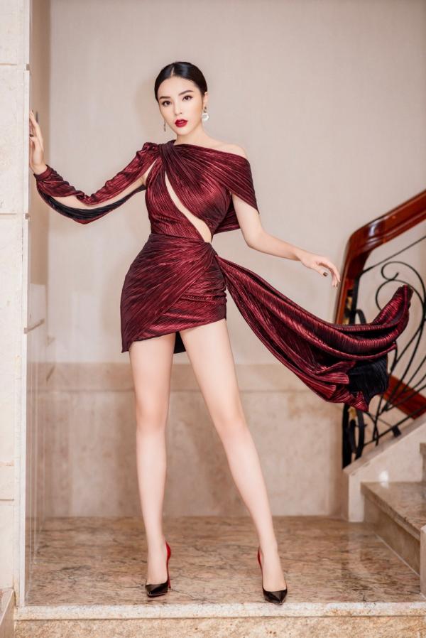 Hoa hậu Kỳ Duyên lên đồ táo bạo, khoe trọn vóc dáng gợi cảm cùng đôi chân dài hút mắt 0
