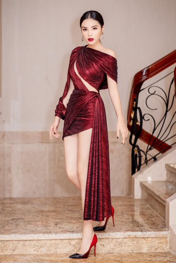 Hoa hậu Kỳ Duyên lên đồ táo bạo, khoe trọn vóc dáng gợi cảm cùng đôi chân dài hút mắt 1