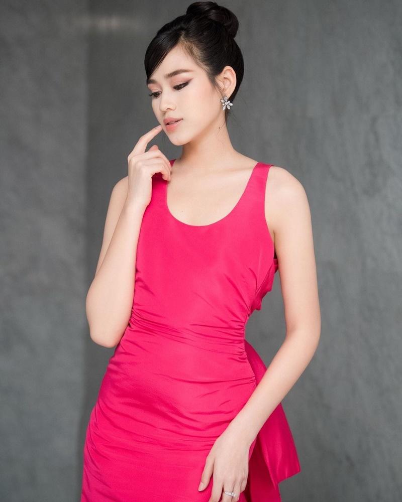 Trong sự kiện gần đây, Đỗ Thị Hà bị chê bai vì diện đầm hồng cánh sen nhưngkhông hề nổi bật, nét mặt và cả cách tạo dáng của cô nàng cũng hơi nhàm chán.
