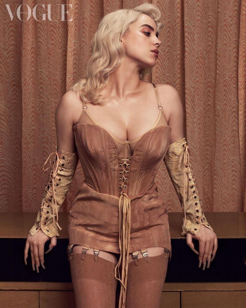 Hình ảnh 'gây bão' nhất trên MXH tuần qua chắc chắn là thuộc về Billie Eilish. Cô đã vứt bỏ hết những chiếc áo quần rộng thùng thình để khoe dáng vóc 'đốt mắt' trong bộ corset o ép vòng 1. Mái tóc uốn xoăn sóng với màu vàng bạch kim cũng gợi nhớ đến hình ảnh cố minh tinh Marilyn Monroe.