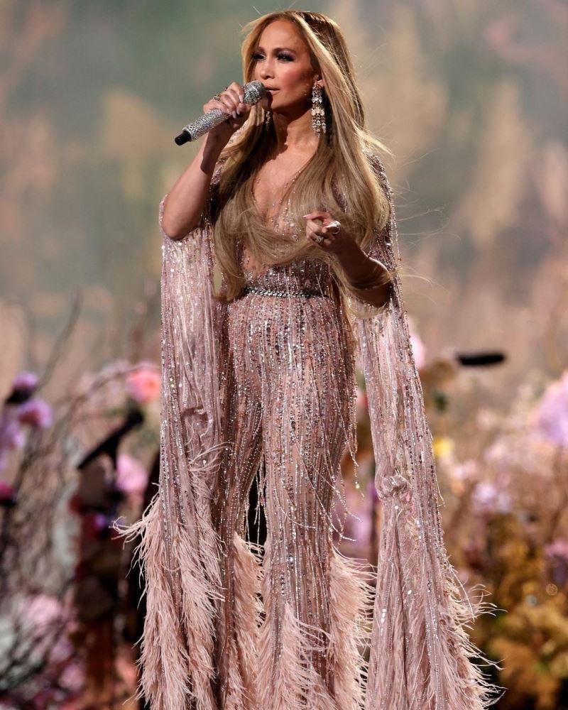 Jennifer Lopez gây sốt khi diện jumpsuit đính pha lê và lông vũ nổi bần bật của Elie Saab lên sân khấu concert gần đây. Những đường may đo tinh tế của thiết kế đã thể hiện1 cách hoàn hảo body bốc lửa ở tuổi 51 của nữ ngôi sao.
