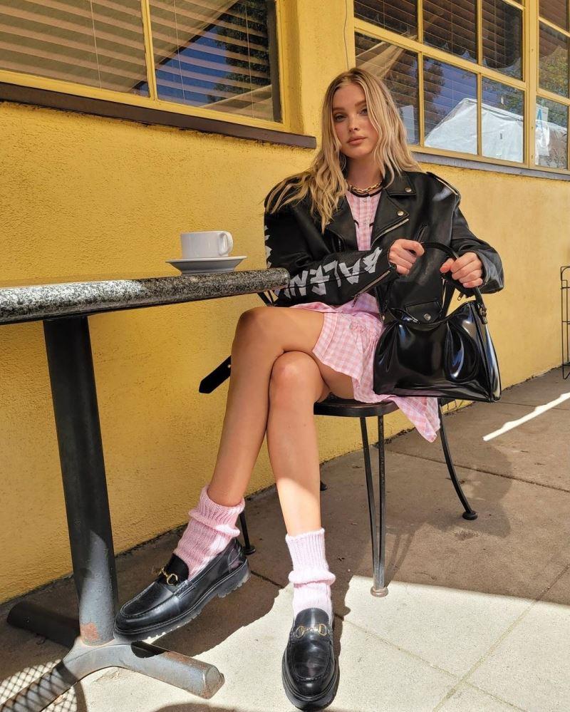 Công thức váy + jacket da chưa bao giờ là sai cho những buổi hẹn hò cà phê. Ở đây, Elsa Hosk còn phối giữa 2 tông màu hồng - đen một cách ăn ý, khiến outfit đã đẹp mắt rồi lại thêm điểm trẻ trung.