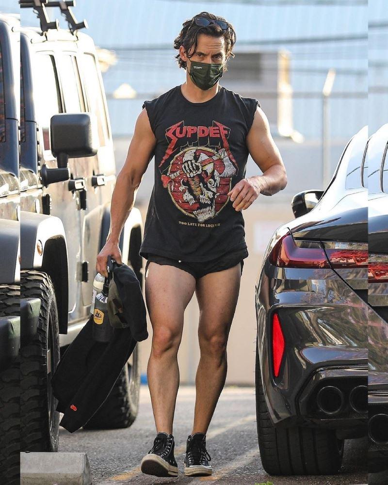 Anh sát thủ quyến rũ trong series 'Gotham' - Milo Ventimiglia gây sốc khi mặc quần siêu ngắn ra đường.
