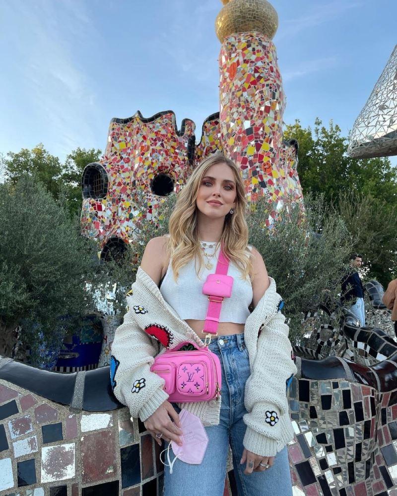 Fashionista hàng đầu hiện nay - Chiara Ferragni gợi ý outfit cho những ngày hè: tank-top ngắn khoe eo mix với quần skinny jeans cạp cao, khoác hờ cardigan thêu hình và 1 chiếc túi có màu sắc cực nổi bật làm điểm nhấn. Outfit vừa thoải mái năng động lại còn xinh yêu hết chỗ chê!