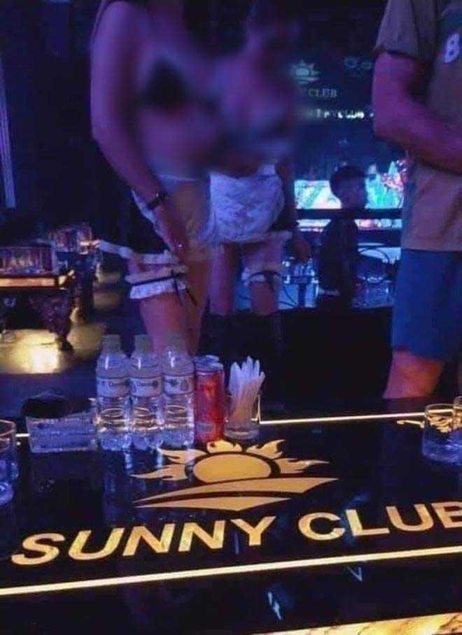 Những hình ảnh nhân viên quán bar ăn mặc hở hang khiến dân mạng cảm thấy phản cảm. Ảnh cắt từ clip.