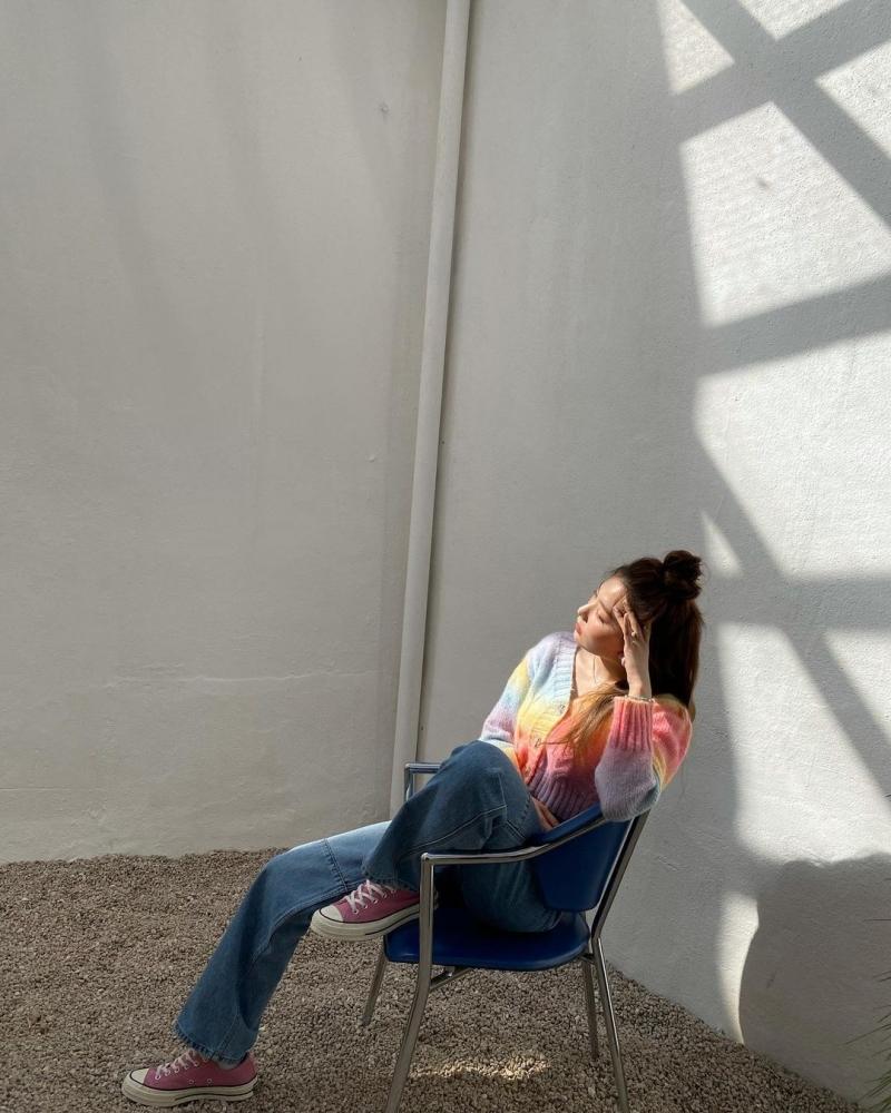 Kiểu áo len nhiều màu sắc sẽ mang đến cho hội chị em vẻ ngoài dịu dàng, thơ mộng. Đối với item này, chọn kiểu quần jeans cổ điển như Seulgi vừa không tốn nhiều thời gian mix&match, vừa thanh lịch, sang xịn mịn.