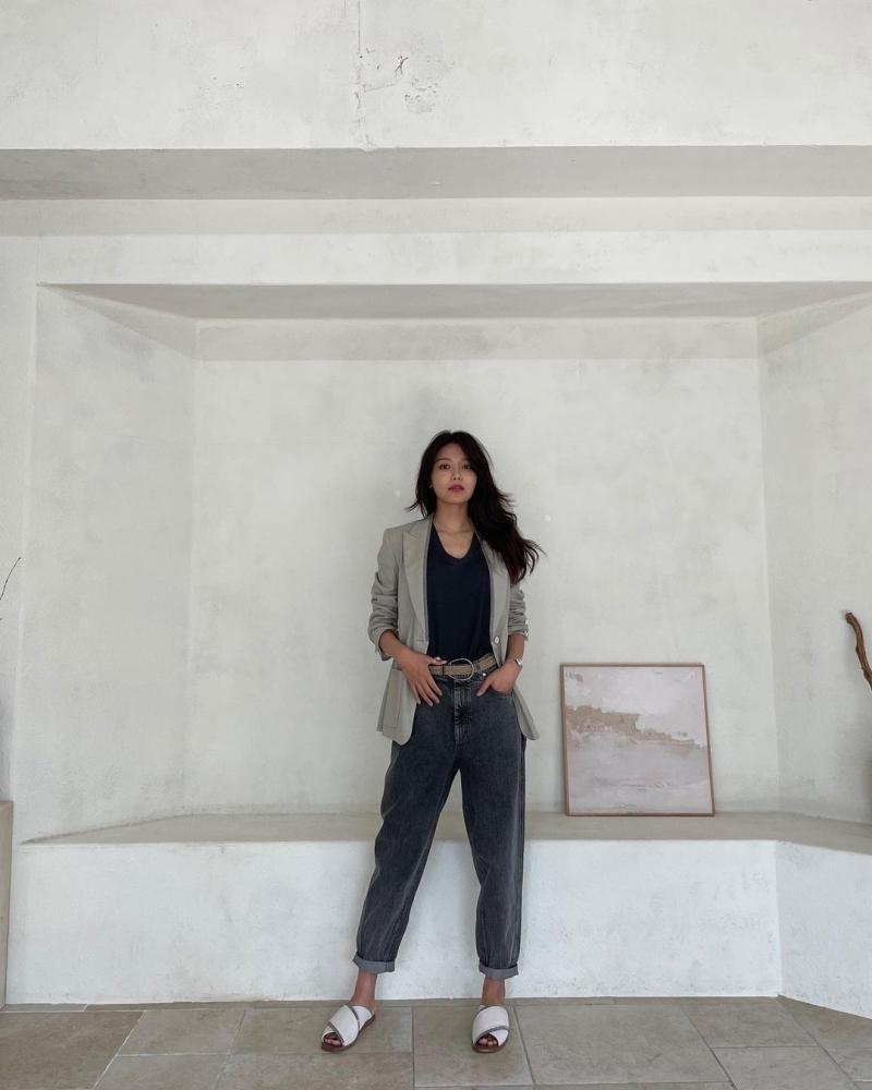 Cùng là áo blazer, nhưng cách Sooyoung xắn tay áo lên và phối cùng thắt lưng, quần baggy đã giúp outfit ghi điểm với style bụi bặm.