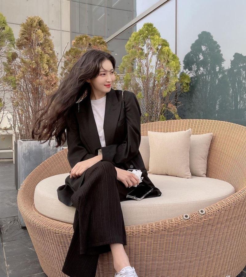Jung Hye Sung cũng gia nhập team 'nghiện blazer' trong street style tuần qua. Cô nàng phối theo phong cách thanh lịch, trưởng thành là chính.