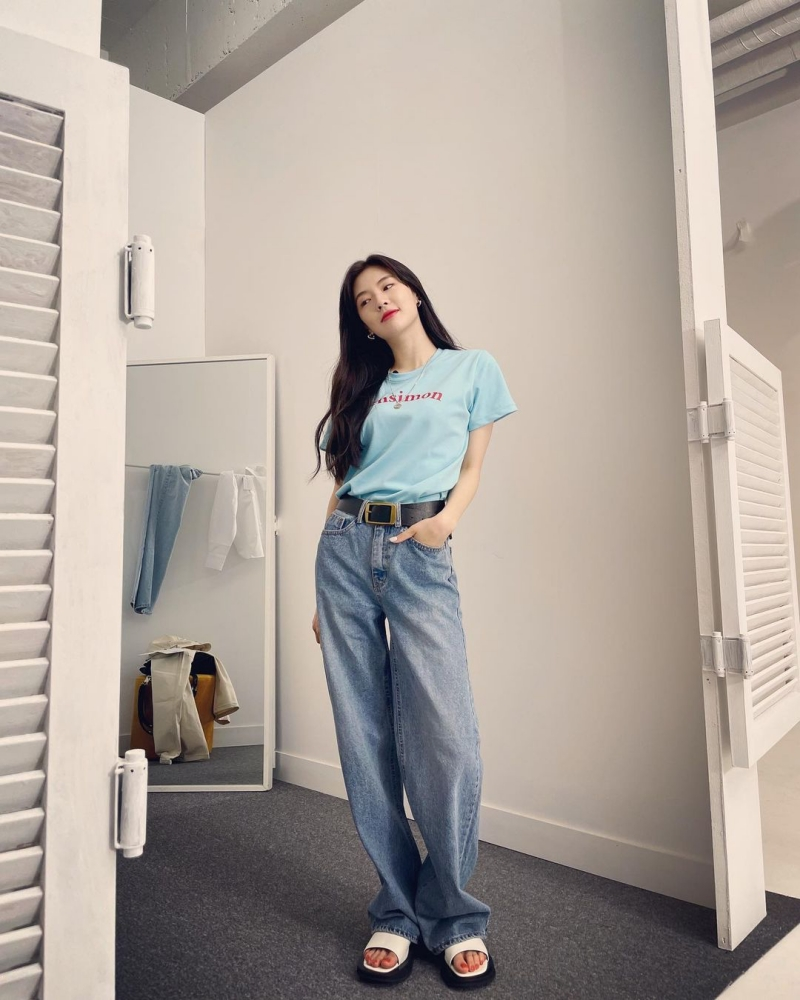 Những chiếc áo thun in chữ cực kỳ hợp để phối theo kiểu vintage. Với những items này, dễ mix&match nhất là nàng sơ vin với quần jeans ống rộng và nhấn nhá thắt lưng như Lee Sun Bin là vừa đẹp.