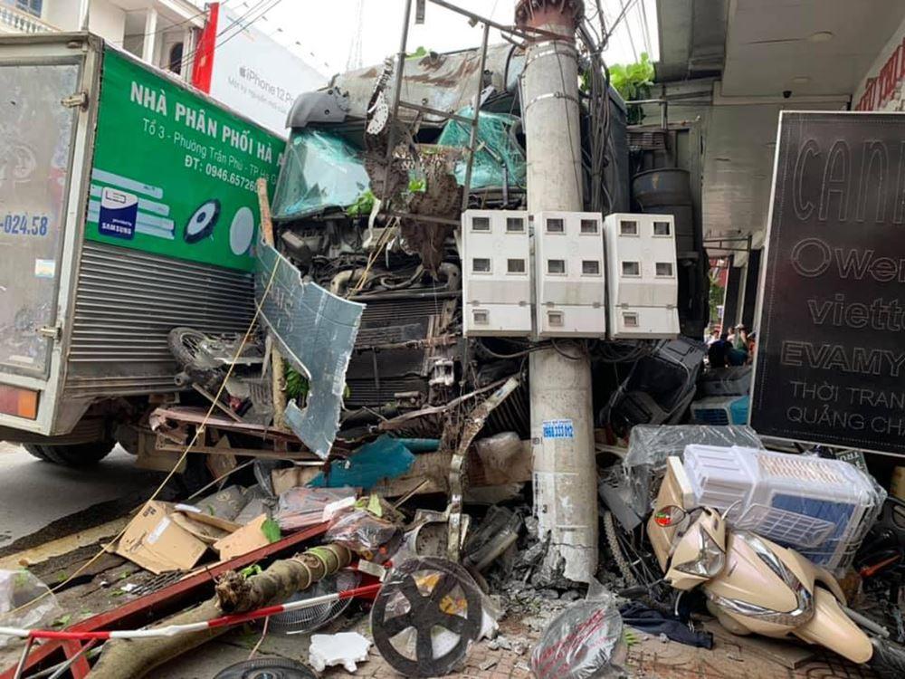 Đánh lái cứu sống 2 người sang đường ẩu ở Hà Giang, tài xế thẫn thờ khi biết thiệt hại gây ra gần 1 tỷ đồng 2