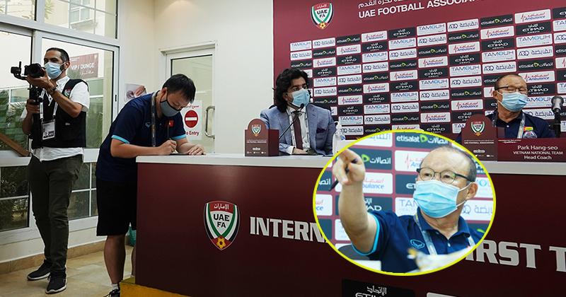 HLV Park yêu cầu phóng viên UAE dừng ngay hành động khiếm nhã khi có ý định quay lén tờ ghi chú chiến thuật của ông.