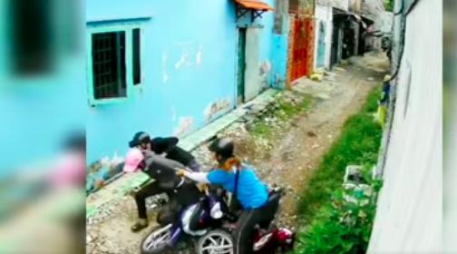 Cô gái nhanh tay tóm lấy tên cướp khi tên này có ý định bỏ chạy