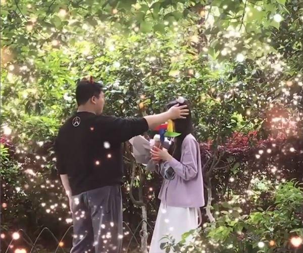 Chàng trai lần đầu gặp gỡbạn gái trên mạng, hồi hộp khi tặng hoa khiến dân mạng gato 2