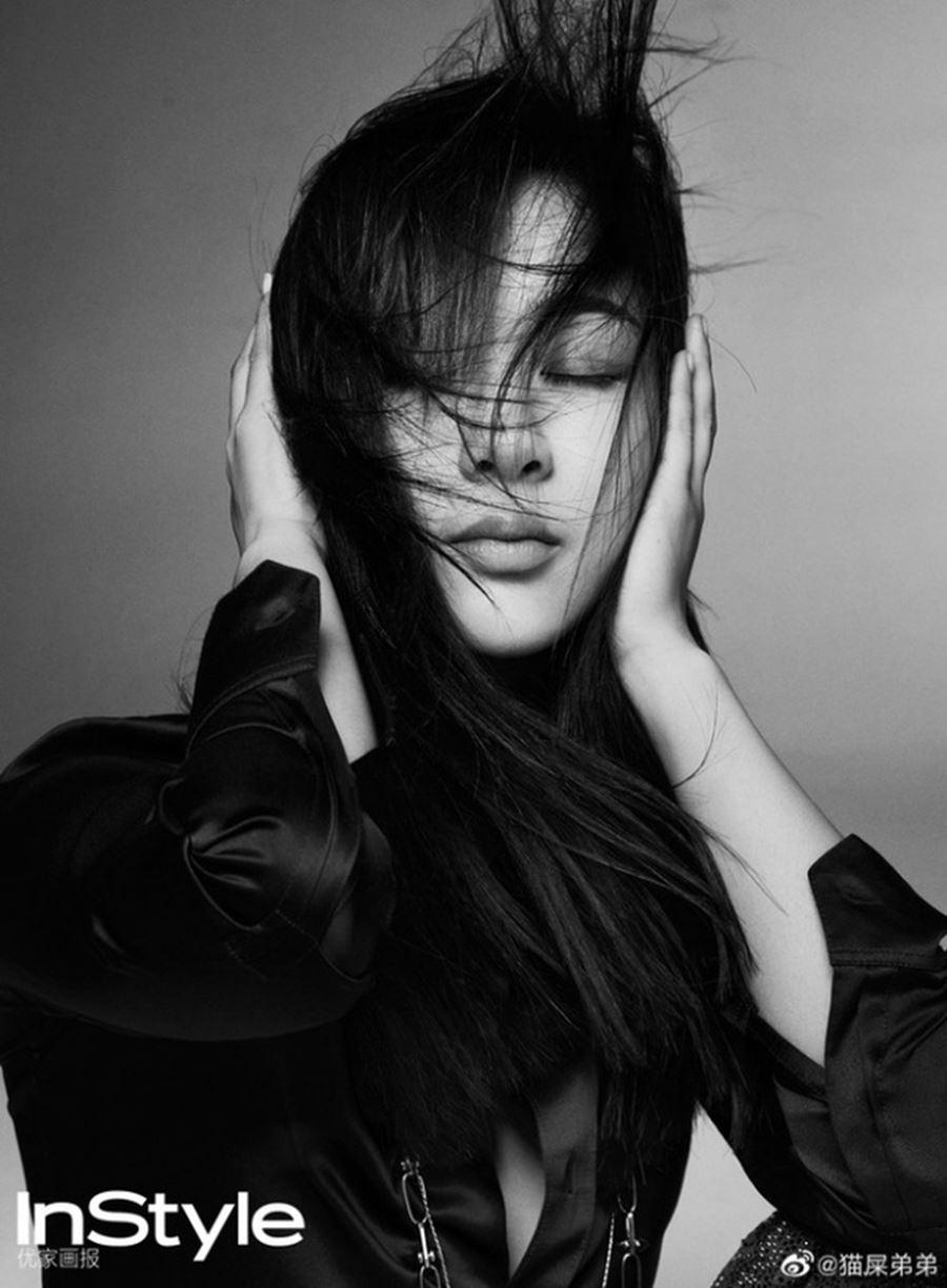 Dương Tử bị nhiều người ví von như đang 'vác cuốc đi cày' vì lối tạo dáng còng lưng khó hiểu, không hề toát lên cảm giác thời thượng sang chảnh. Cánh tay buông thõng thừa thãi của cô cũng là điểm khiến trang bìa InStyle trở thành 'thảm họa'.