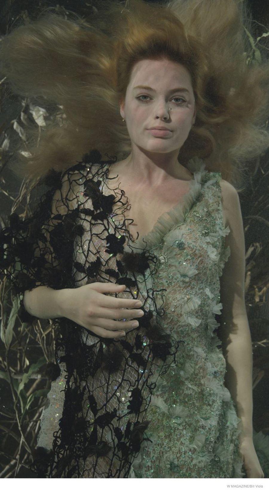 Margot Robbie từng vẫy vùng như đuối nước trên tạp chí W. Biểu cảm của cô như nàng búp bê gỗ bị nhấn chìm xuống lòng sông đầy tuyệt vọng.