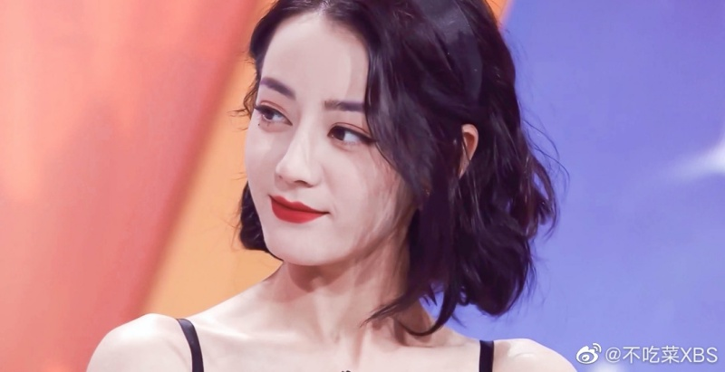 Mái tóc ngắn uốn xoăn sóng, thêm tạo hình da trắng, môi đỏ khiến Nhiệt Ba nhìn như nàng bạch tuyết.