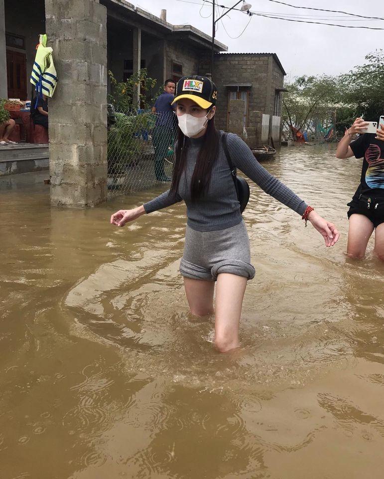 Hình ảnh từ chuyến đi từ thiện miền Trung hồi cuối năm ngoái của Thủy Tiên.