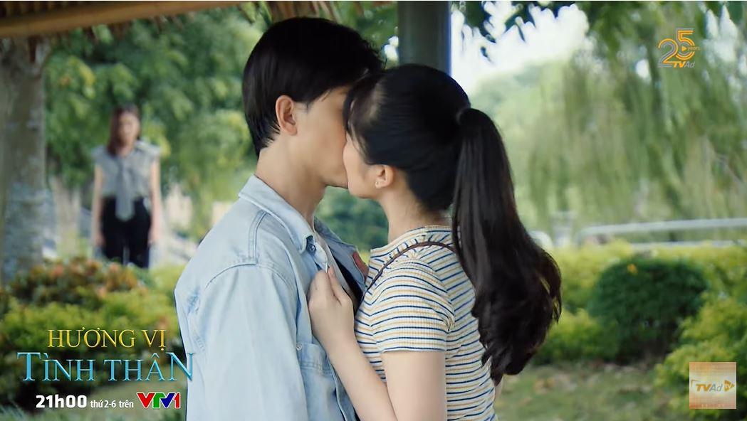 'Hương vị tình thân' trailer tập 37 (p2): Thy bàng hoàng chứng kiến Huy và 'trà xanh' khóa môi nhau 0