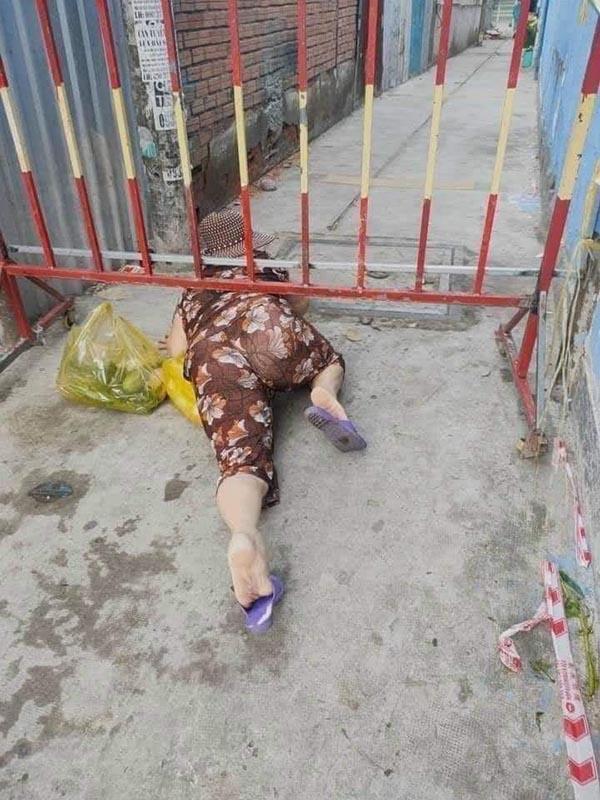 Bức xúc hình ảnh người dân trèo barie, 'bò ra đất' thông chốt kiểm soát để ra ngoài đi chợ 0