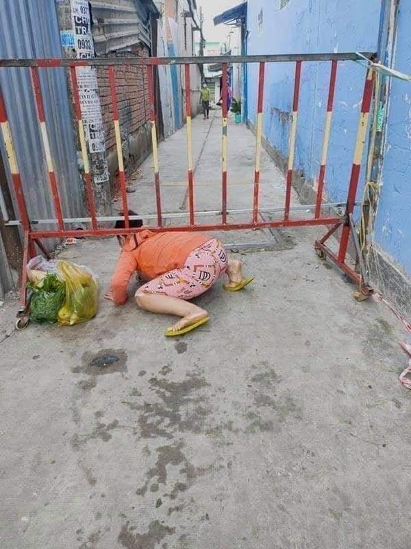 Bức xúc hình ảnh người dân trèo barie, 'bò ra đất' thông chốt kiểm soát để ra ngoài đi chợ 1