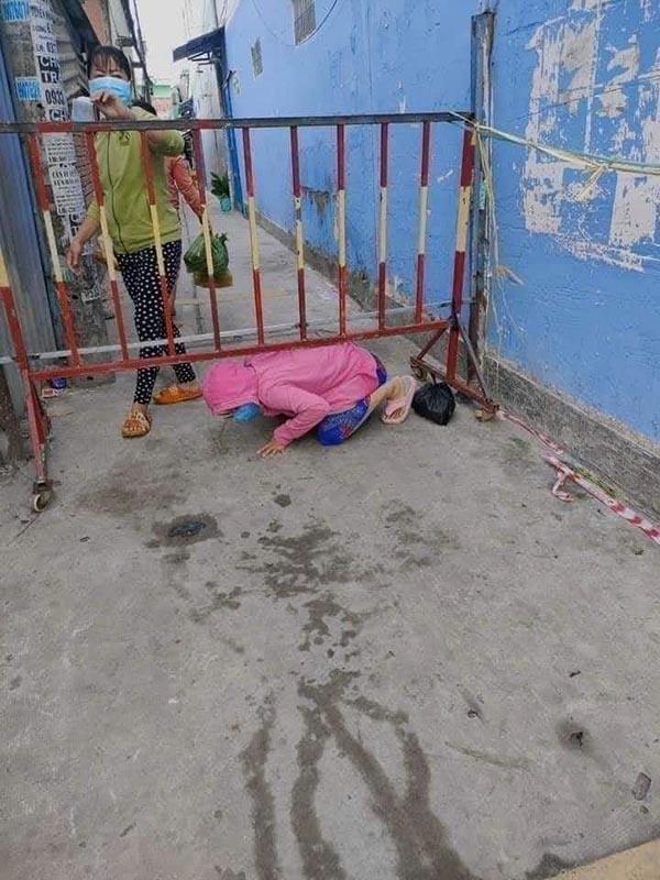Bức xúc hình ảnh người dân trèo barie, 'bò ra đất' thông chốt kiểm soát để ra ngoài đi chợ 2