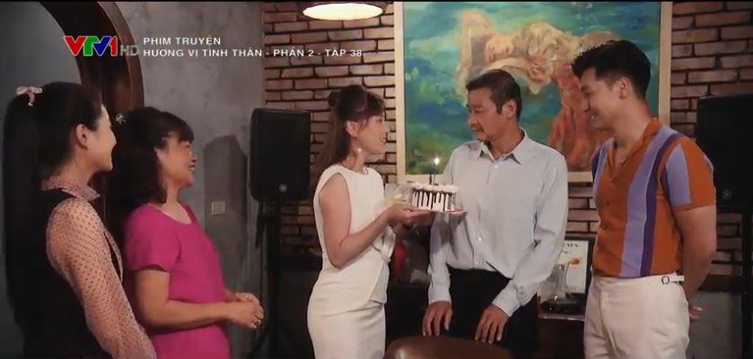 Ông Sinh bất ngờ khi được mọi người tổ chức sinh nhật cho mình