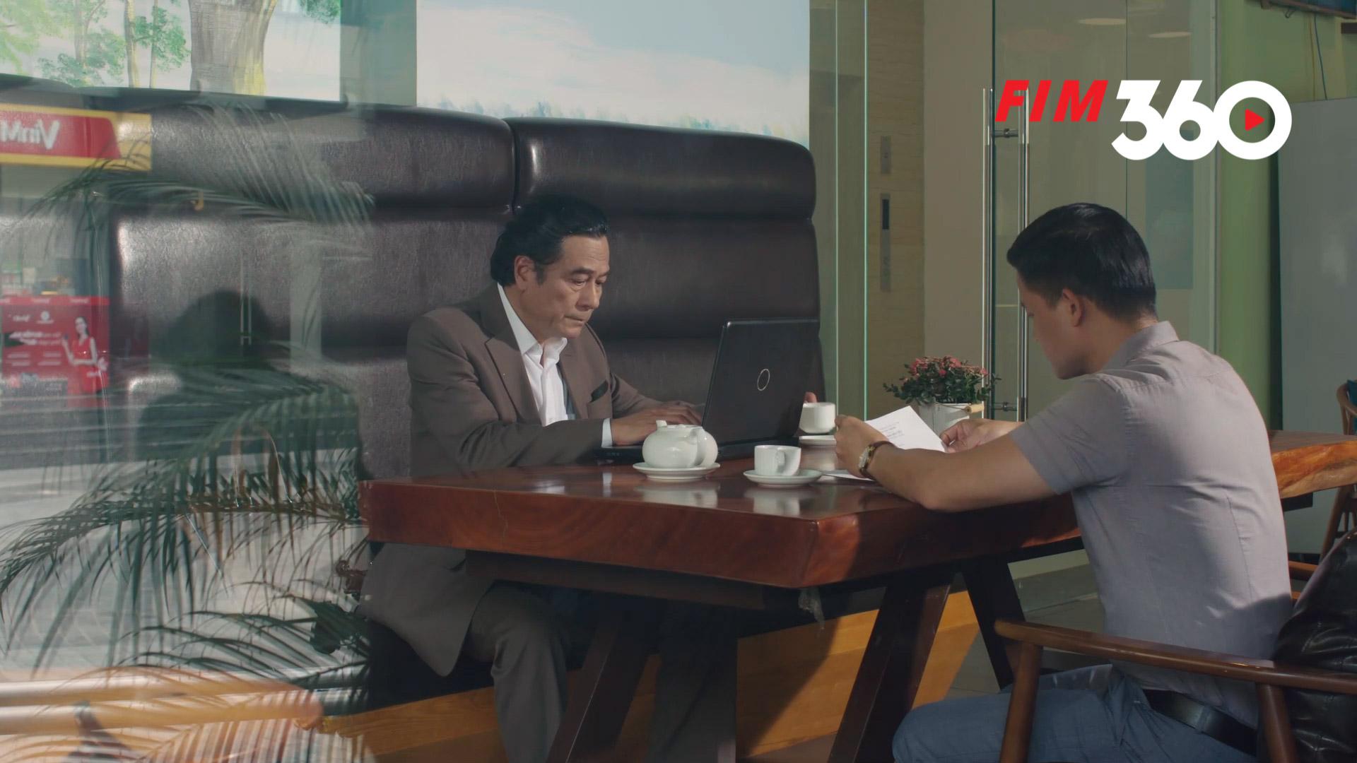 Ông Huấn bắt gặp cảnh ông Tôn làm việc tại quán cà phê sau khi mất chức.