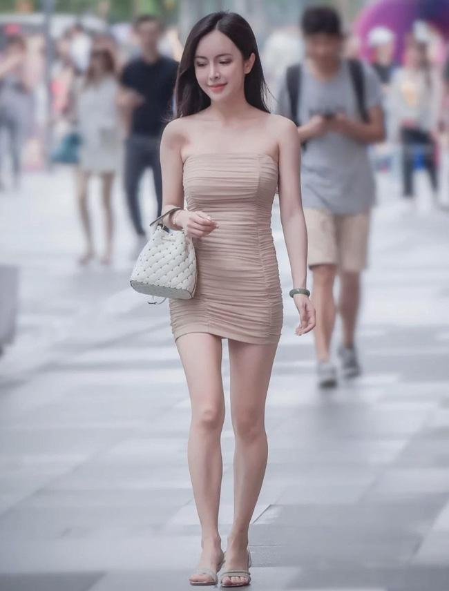 Cô nàng này lại chọn cho mình chiếc váy quây ôm sát màu be, tuy nhiên nếu thay thế đôi sandals bằng một đôi cao gót mũi nhọn màu be thì set đồ sẽ chuẩn 10 điểm.