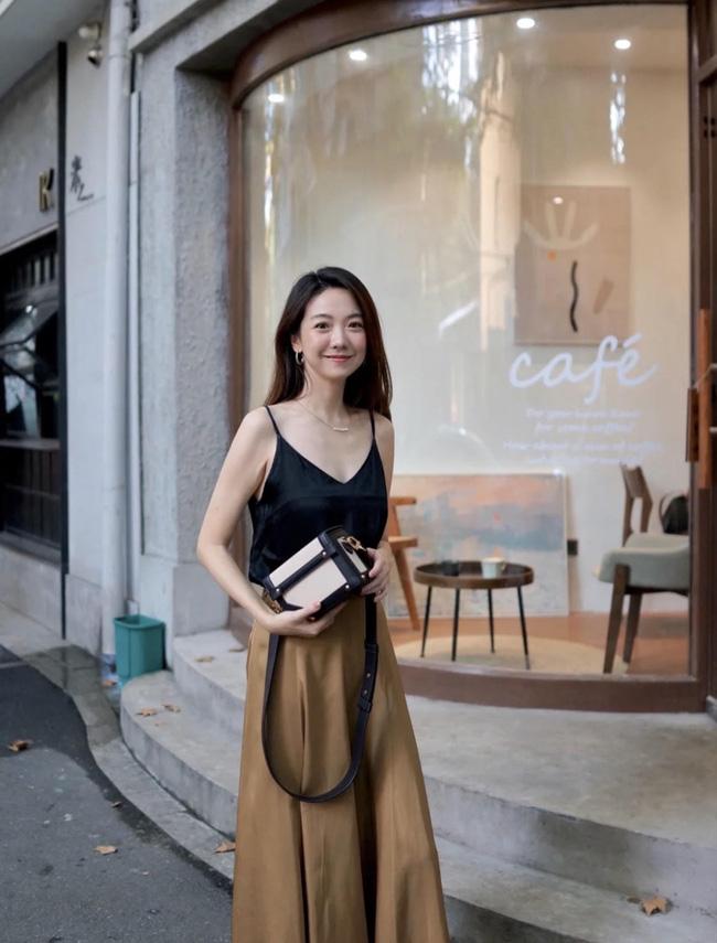 Cô nàng này vẫn diện đồ mang không khí mùa Hè. Áo hai dây cùng chân váy xòe midi nhìn khá trendy.