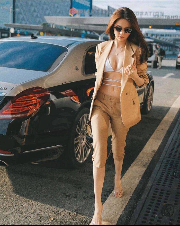 Hình ảnh Ngọc Trinh mặc bikini quấn dây mix cùng bộ suit màu be ở sân bay hôm qua khiến dân tình một phen lác mắt.