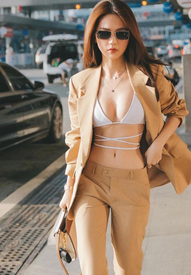 Trang phục sân bay 'táo bạo' nhất của nữ hoàng nội y Việt Nam từ trước đến nay.