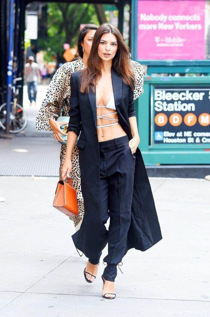 Thiên thần nội y Emily Ratajkowski nổi bật tại đường phố New York vào năm ngoái khi cô diện bộ suit đen cách tân mặc kèm bikini quấn dây bên trong.