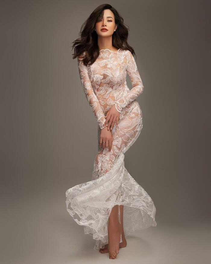 Thần thái xinh đẹp của Đông Nhi trong bộ ảnh bầu khoác trên mình kiểu váy dù hở da thịt nhưng vẫn rất sang trọng.